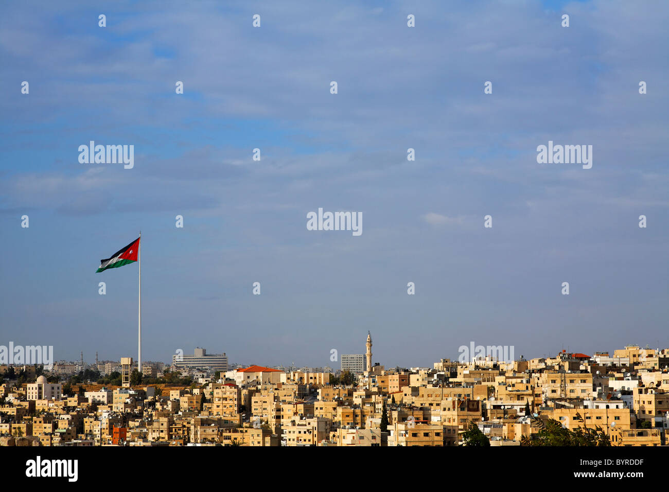 Grand drapeau jordanien survolant la ville d'Amman, Jordanie Photo Stock