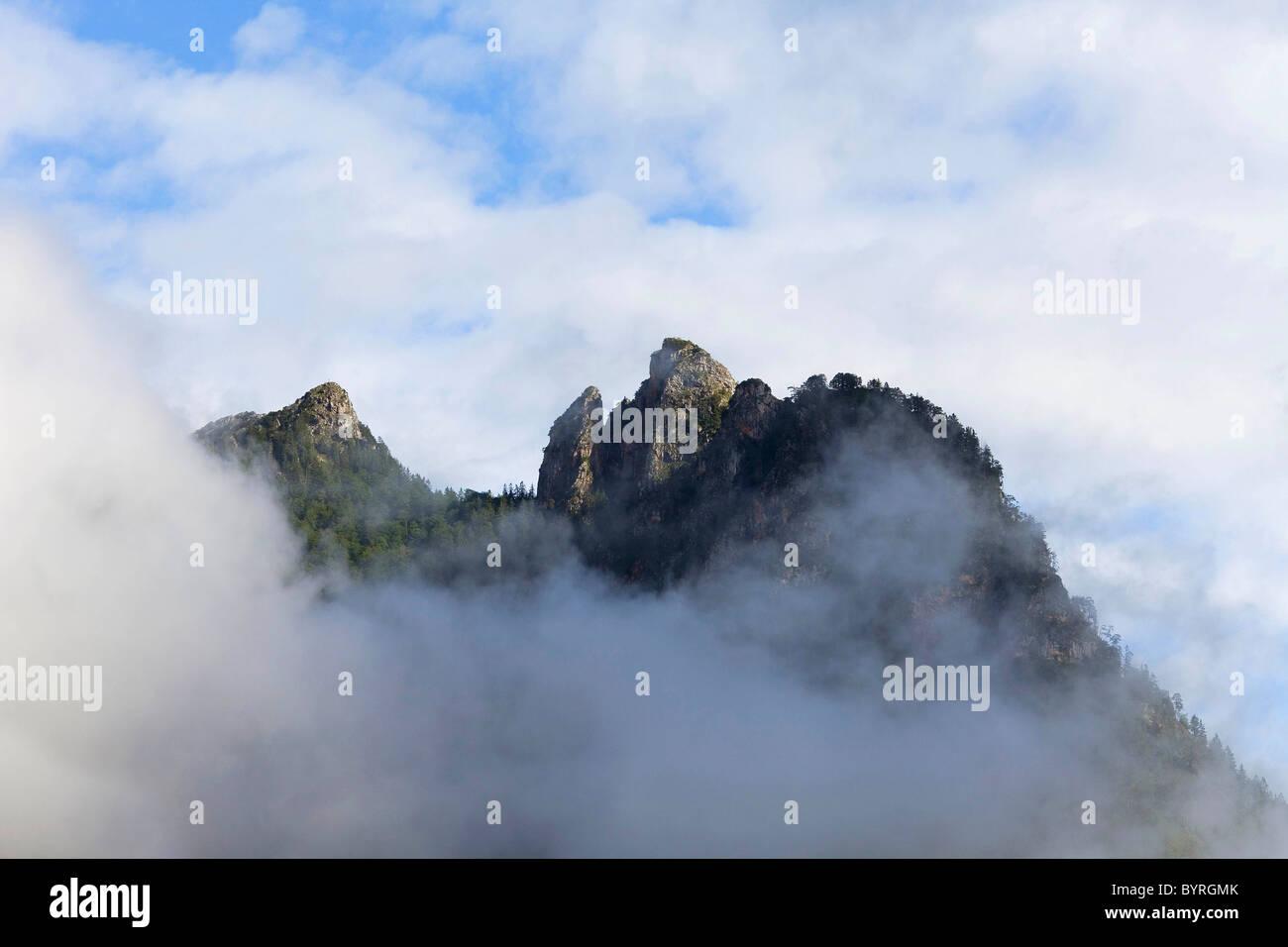 Silhouette de montagnes dans les Alpes de Berchtesgaden qui forment ce qu'on appelle la sorcière de couchage Photo Stock
