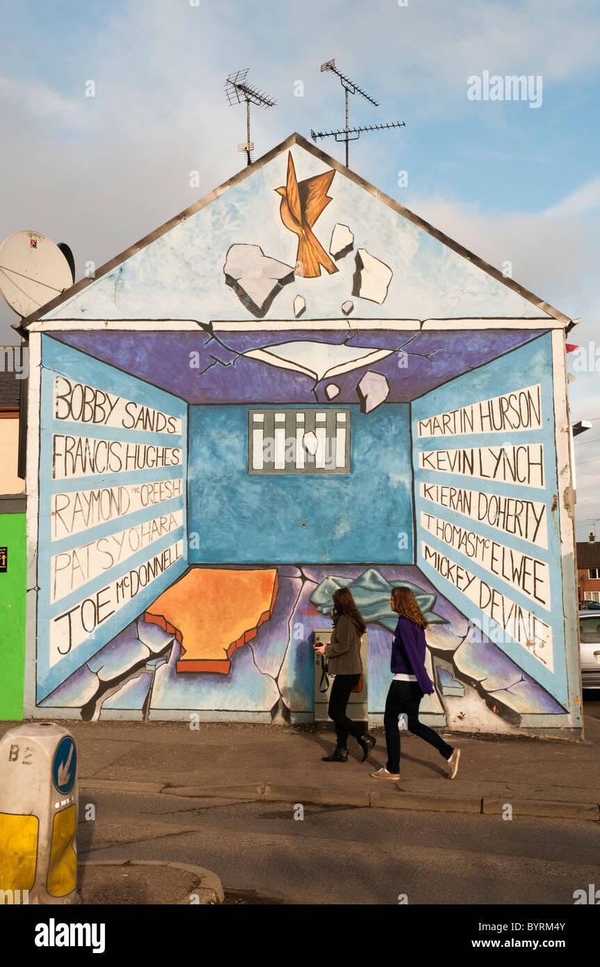 Deux femmes devant une peinture murale commémorant les grévistes, Derry Photo Stock