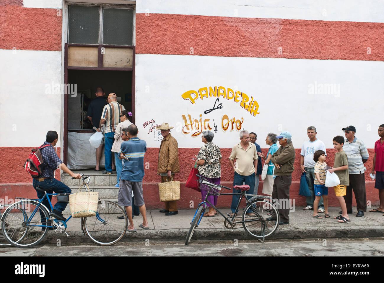 Attente des gens en face d'une boulangerie pour acheter du pain, La Habana, Cuba Banque D'Images
