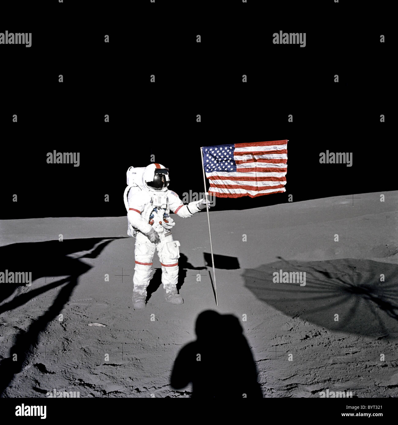 Apollo 14 L'astronaute Alan B. Shepard se distingue par le drapeau américain sur la lune. Photo Stock