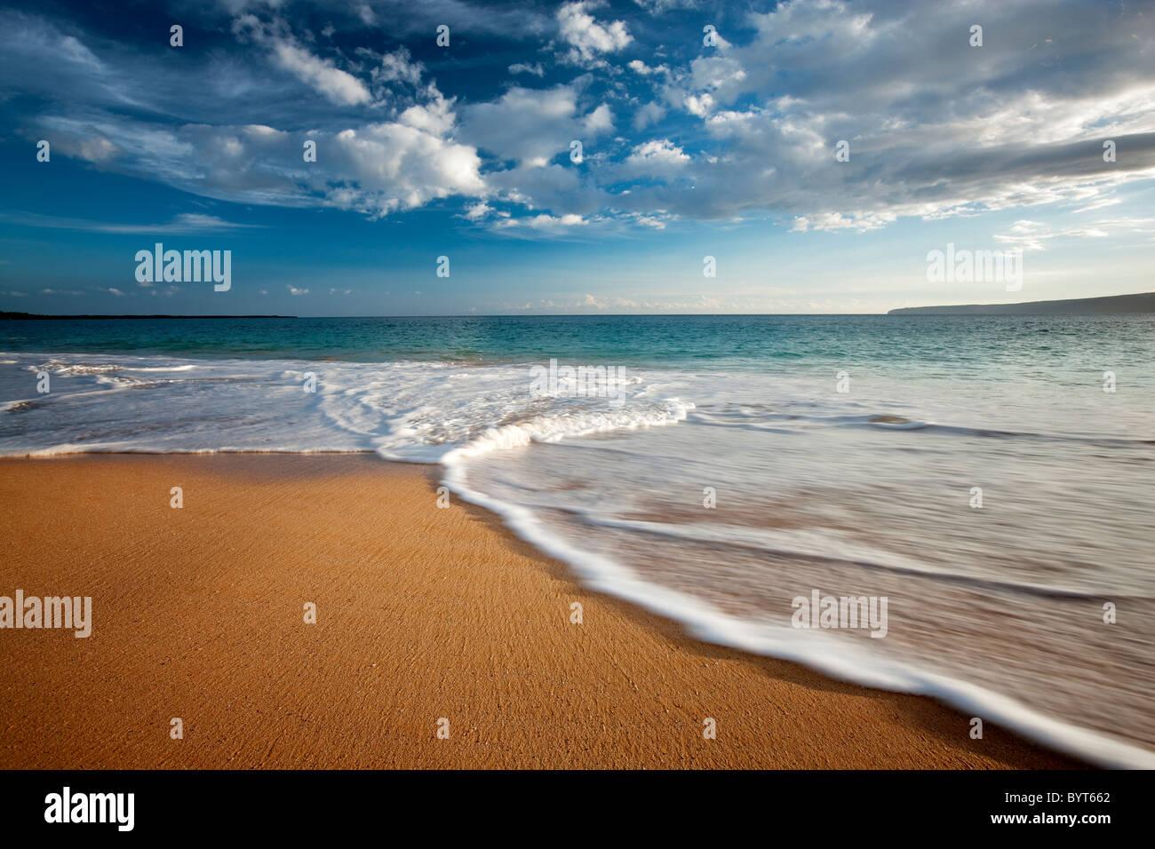Beach, les vagues et les nuages. Maui, Hawaii. Photo Stock