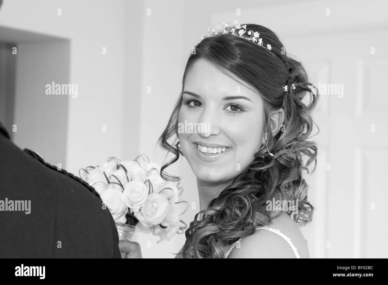 Mariée à la caméra à droite, smiling Photo Stock