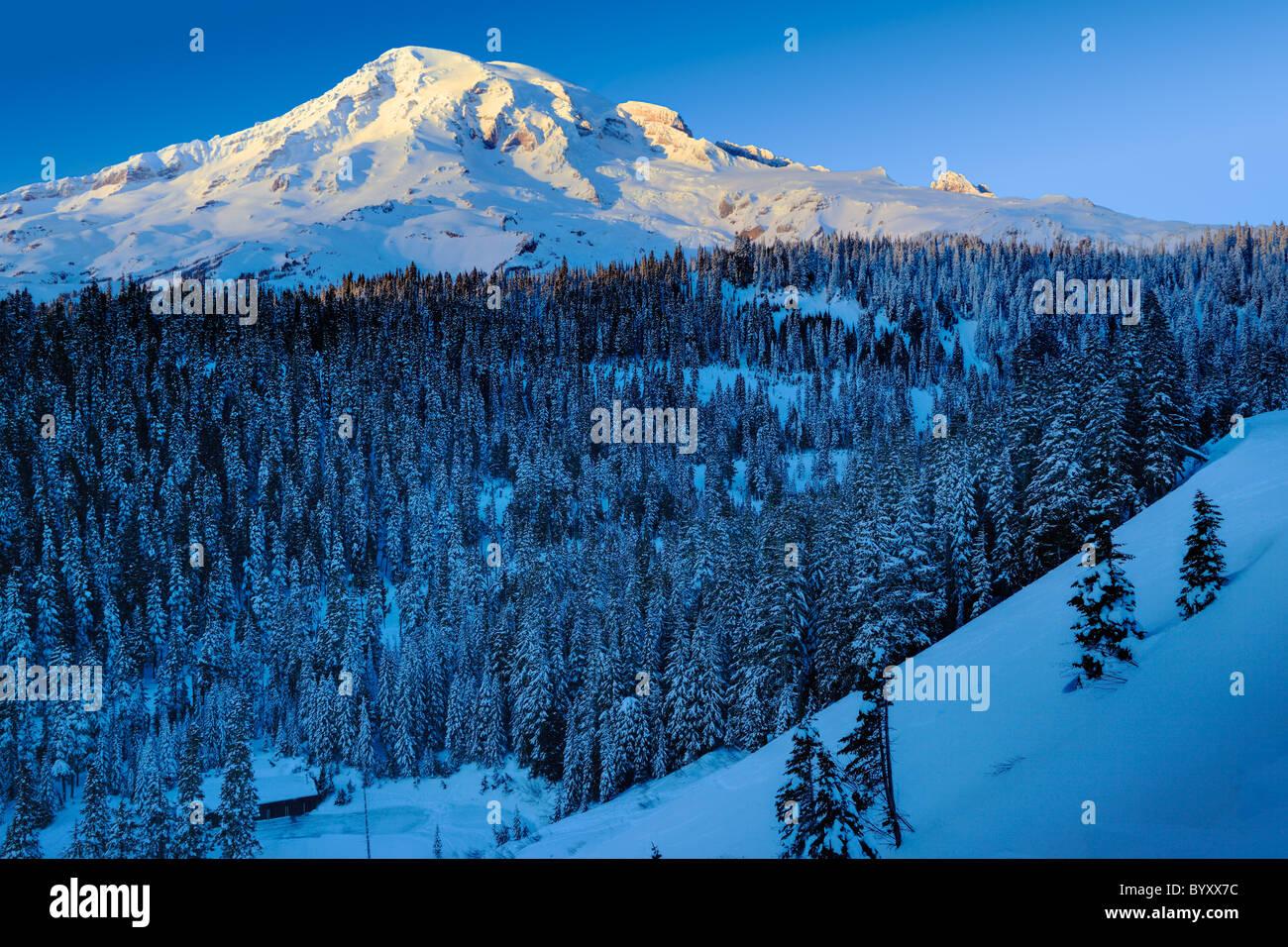 Vue sur la face sud du Mont Rainier au coucher du soleil au coeur de l'hiver Photo Stock