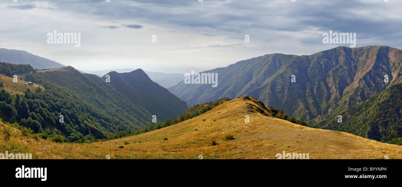 Petite hutte dans la majestueuse chaîne de montagnes des Balkans Photo Stock