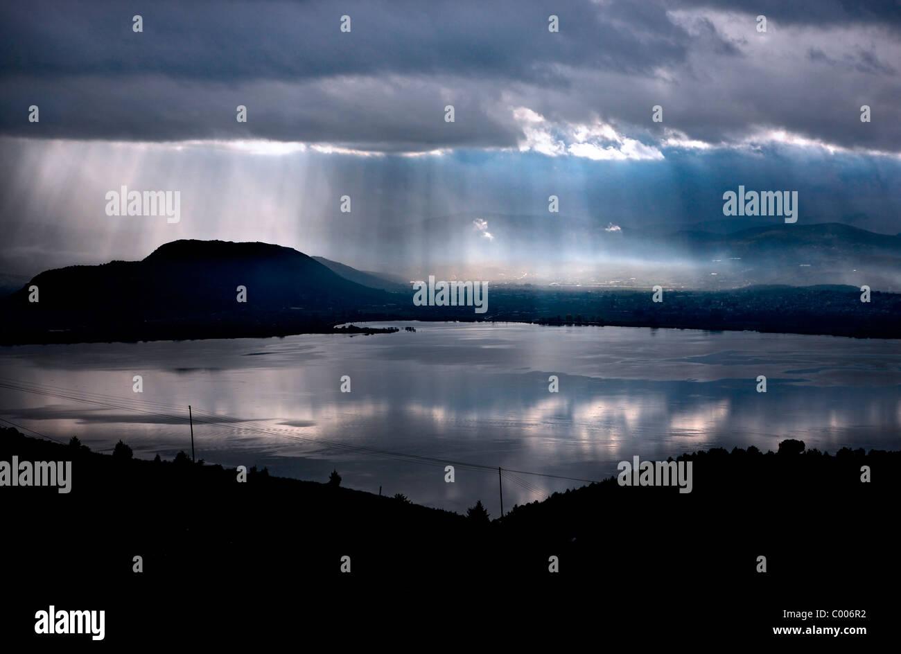 Storm coming in Pamvotis (ou 'lac Pamvotida'), Ioannina, Épire, Grèce Photo Stock