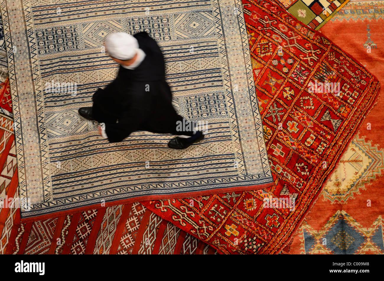 Riad Marocain Proprietaire De L Achat D Un Nouveau Tapis Persan A
