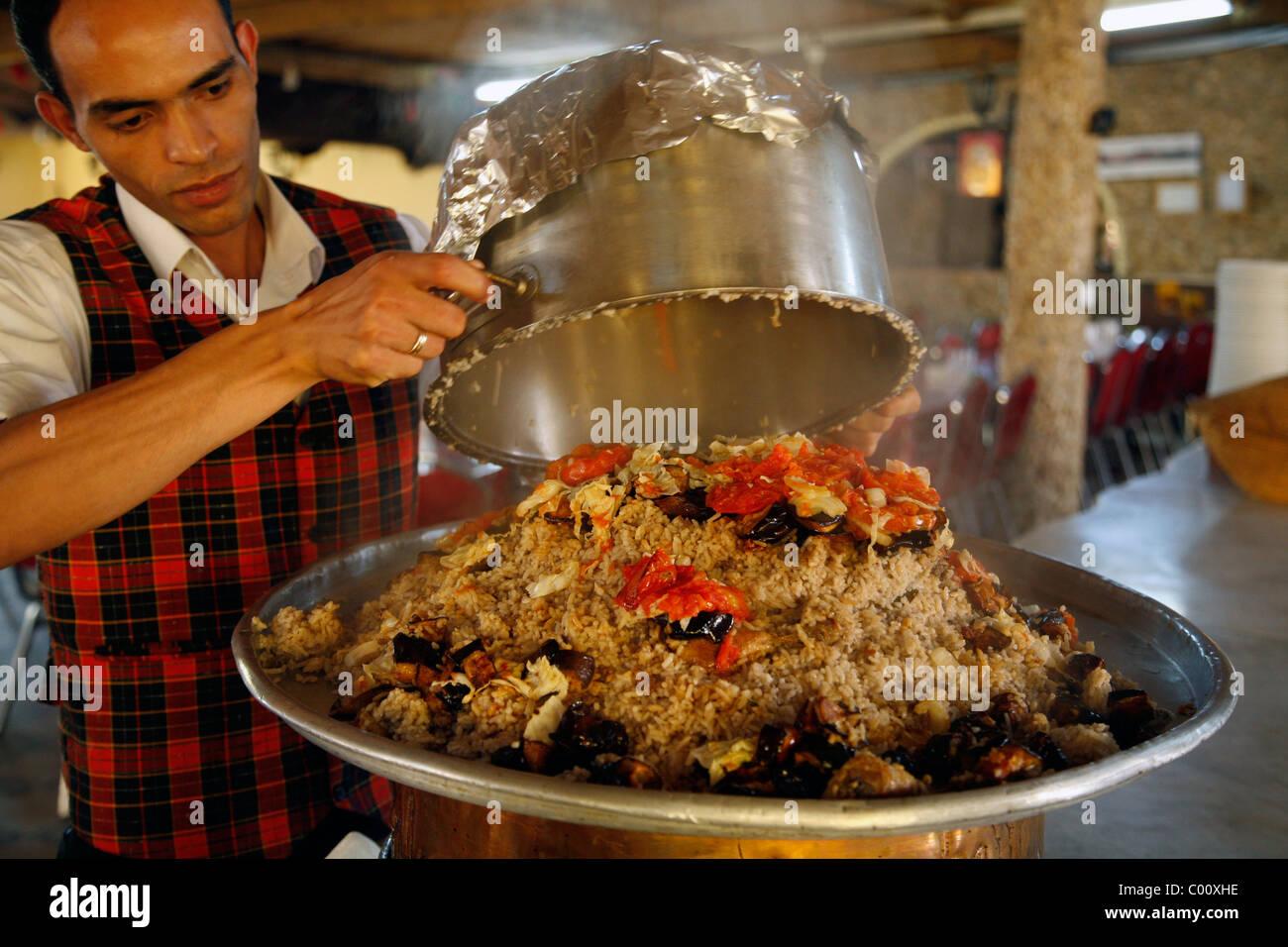 Plat à Muqlubbeh le mont Moïse Restaurant Siyagha. NeboJordan à côté de Mont Photo Stock
