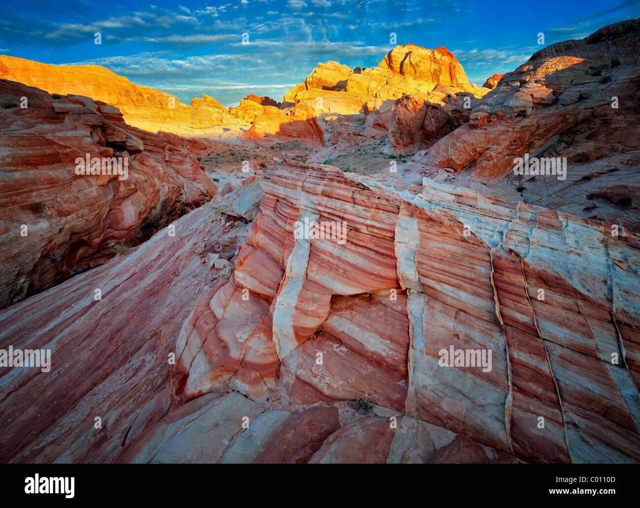 Les roches colorées et le lever du soleil. Vallée de Feu Park, Nevada Banque D'Images