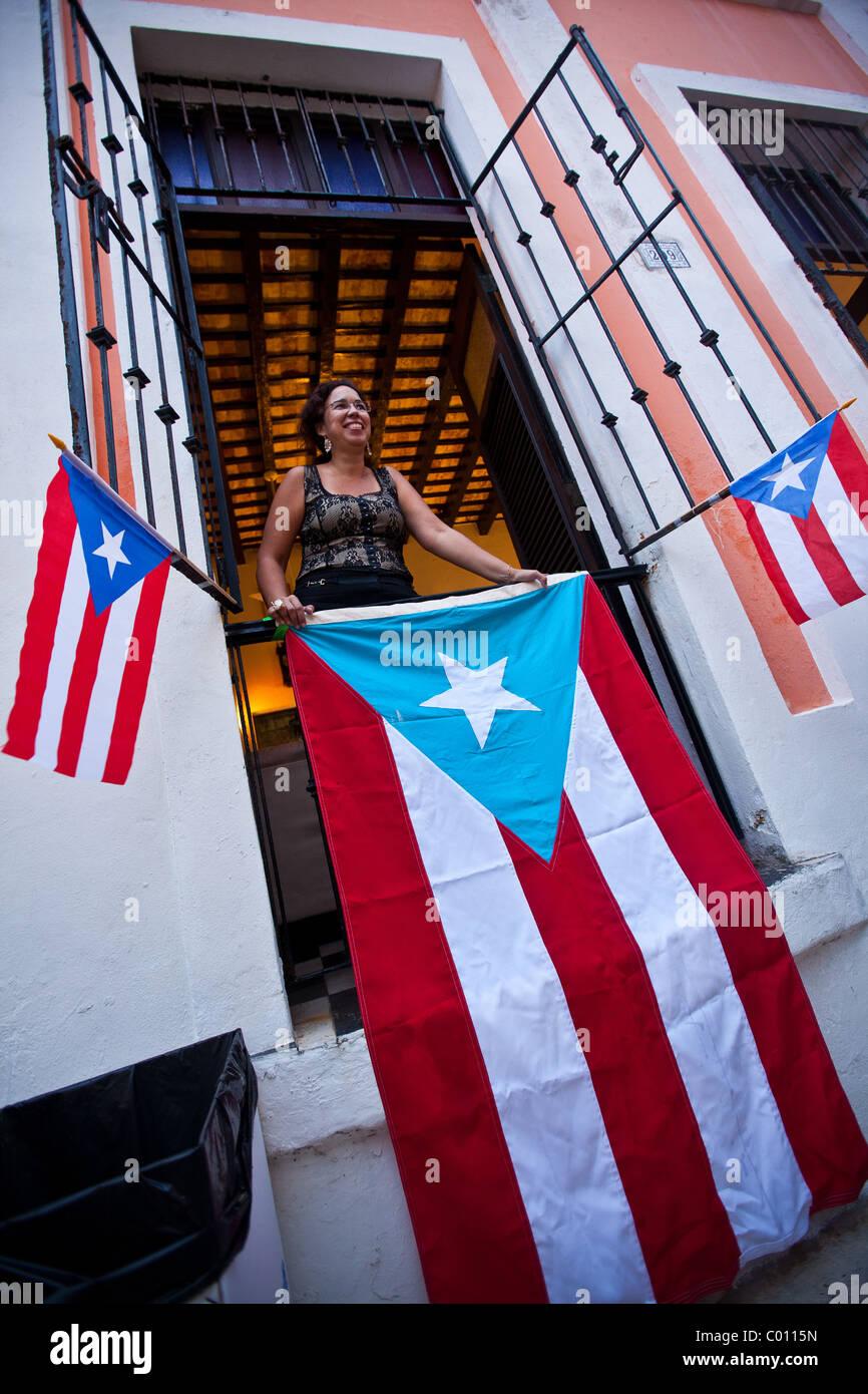 Une femme regarde le défilé du Festival de San Sebastian à San Juan, Porto Rico. Photo Stock