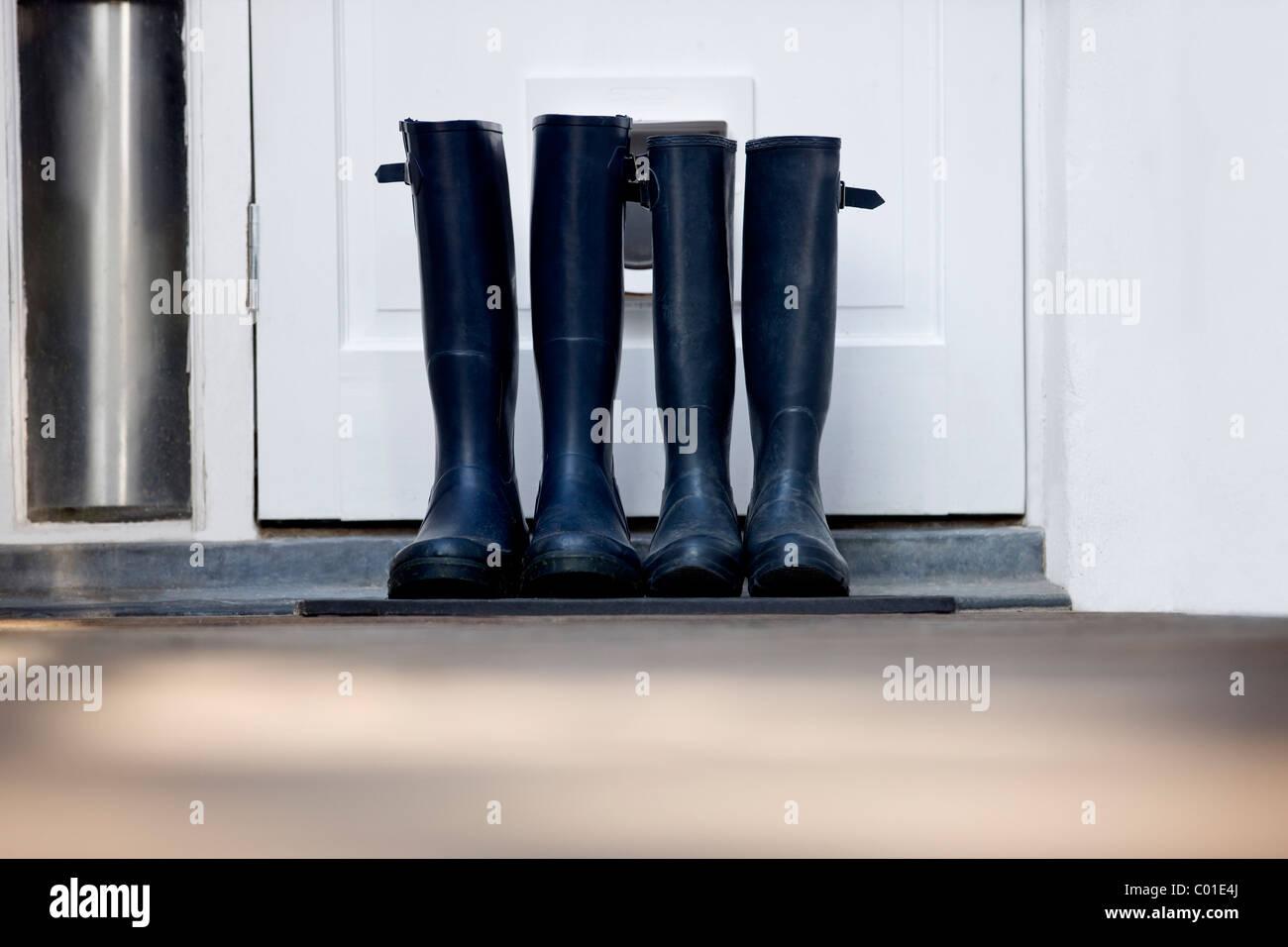 Deux paires de bottes par une porte Photo Stock