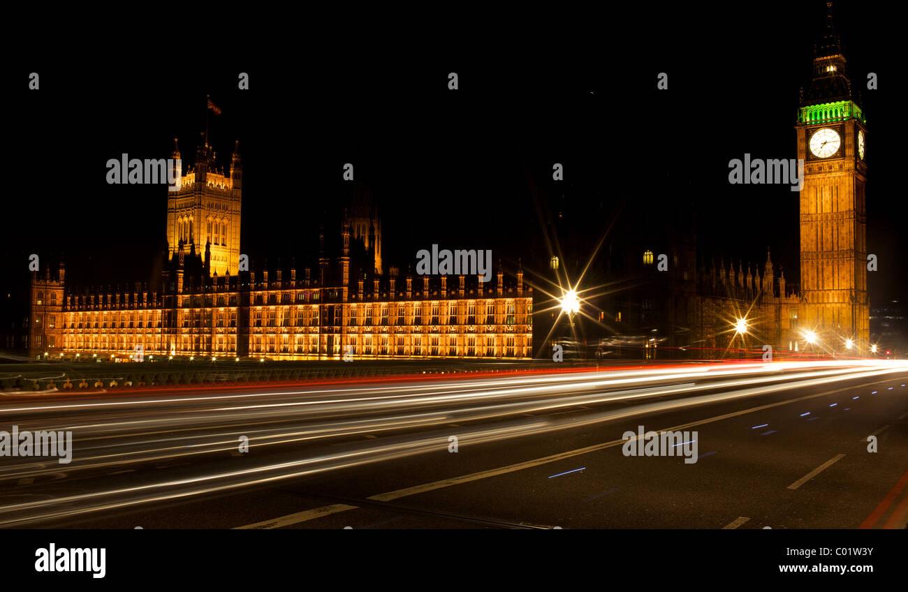 Des sentiers de lumière devant les maisons du parlement à Londres Photo Stock