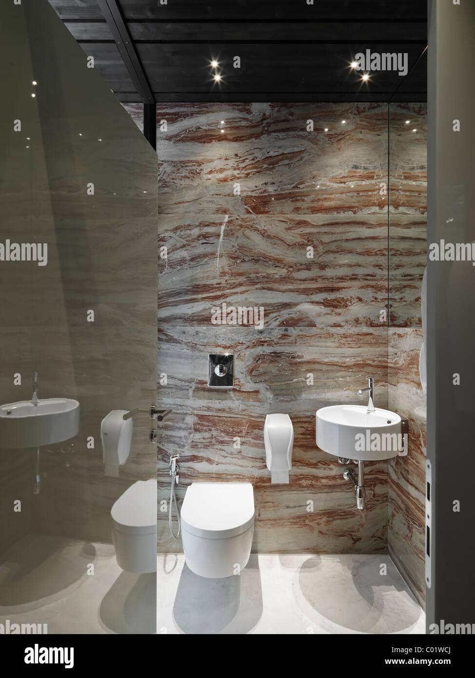 Salle de bains moderne avec la couverture en céramique blanche et d ...
