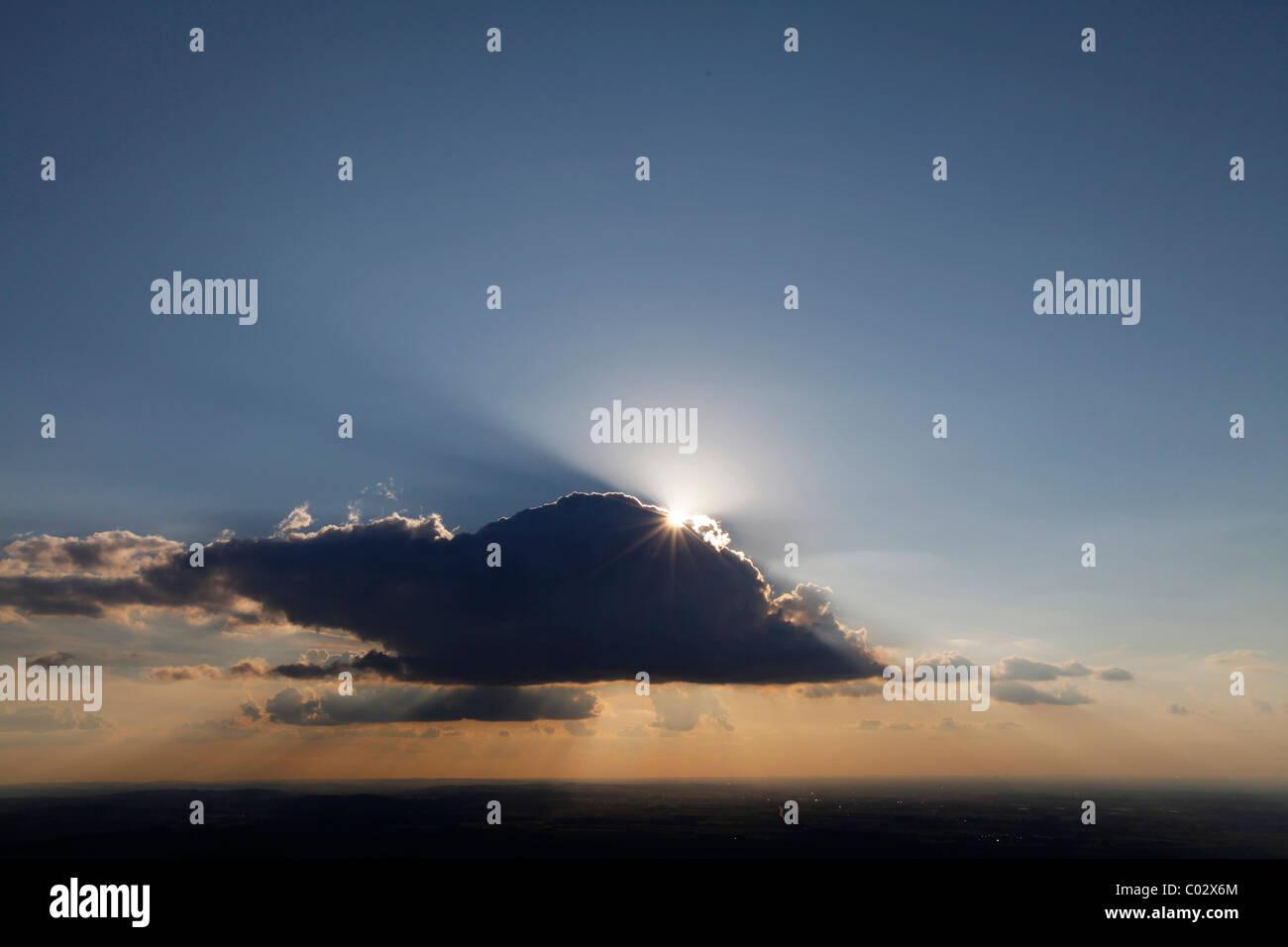 Photo aérienne, Soest Boerde, soleil avec rayons de soleil derrière un nuage dans le ciel du soir, Soest, Photo Stock