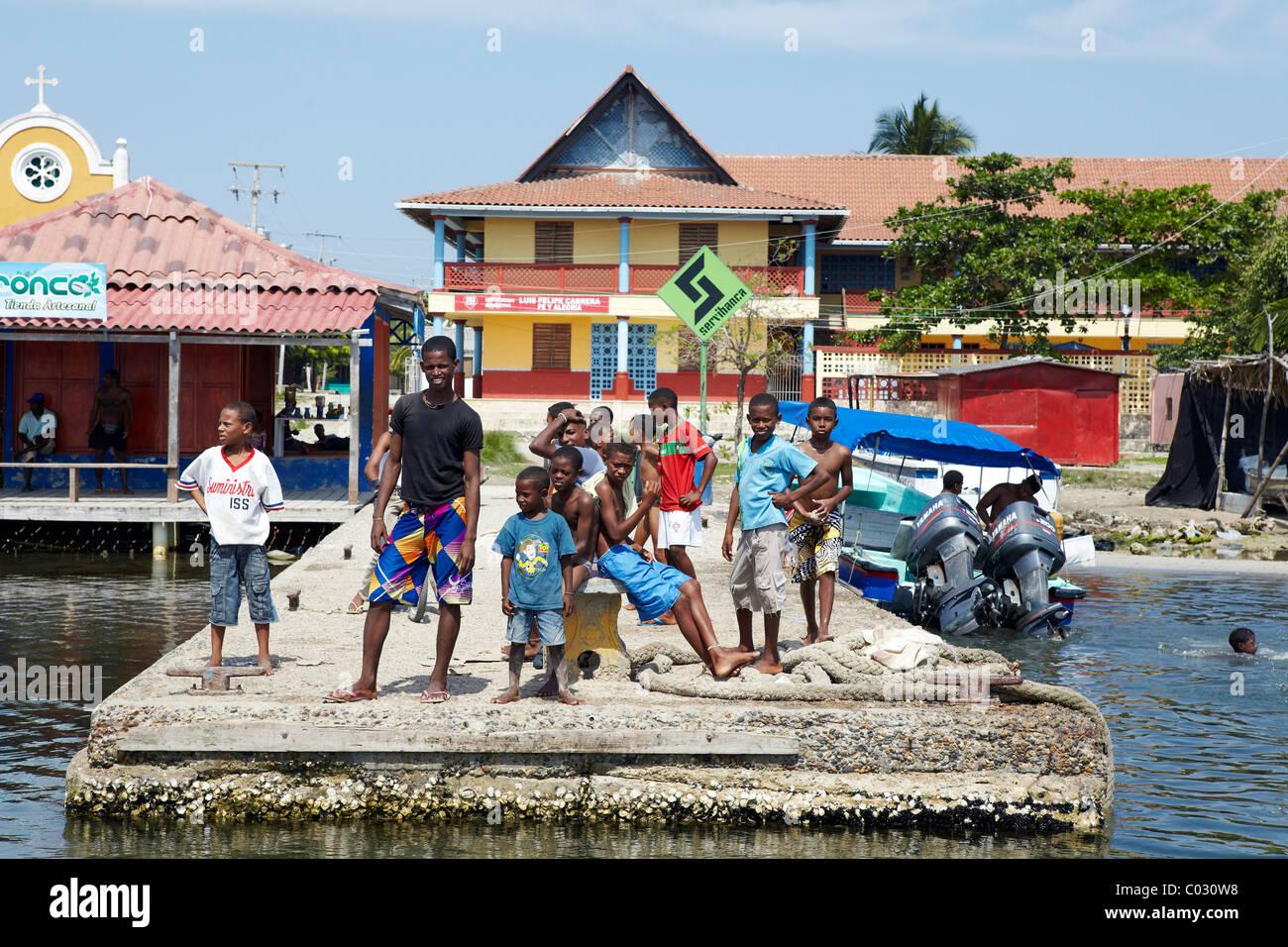 Les enfants colombiens sur l'embarcadère, l'île de Baru, Colombie Photo Stock