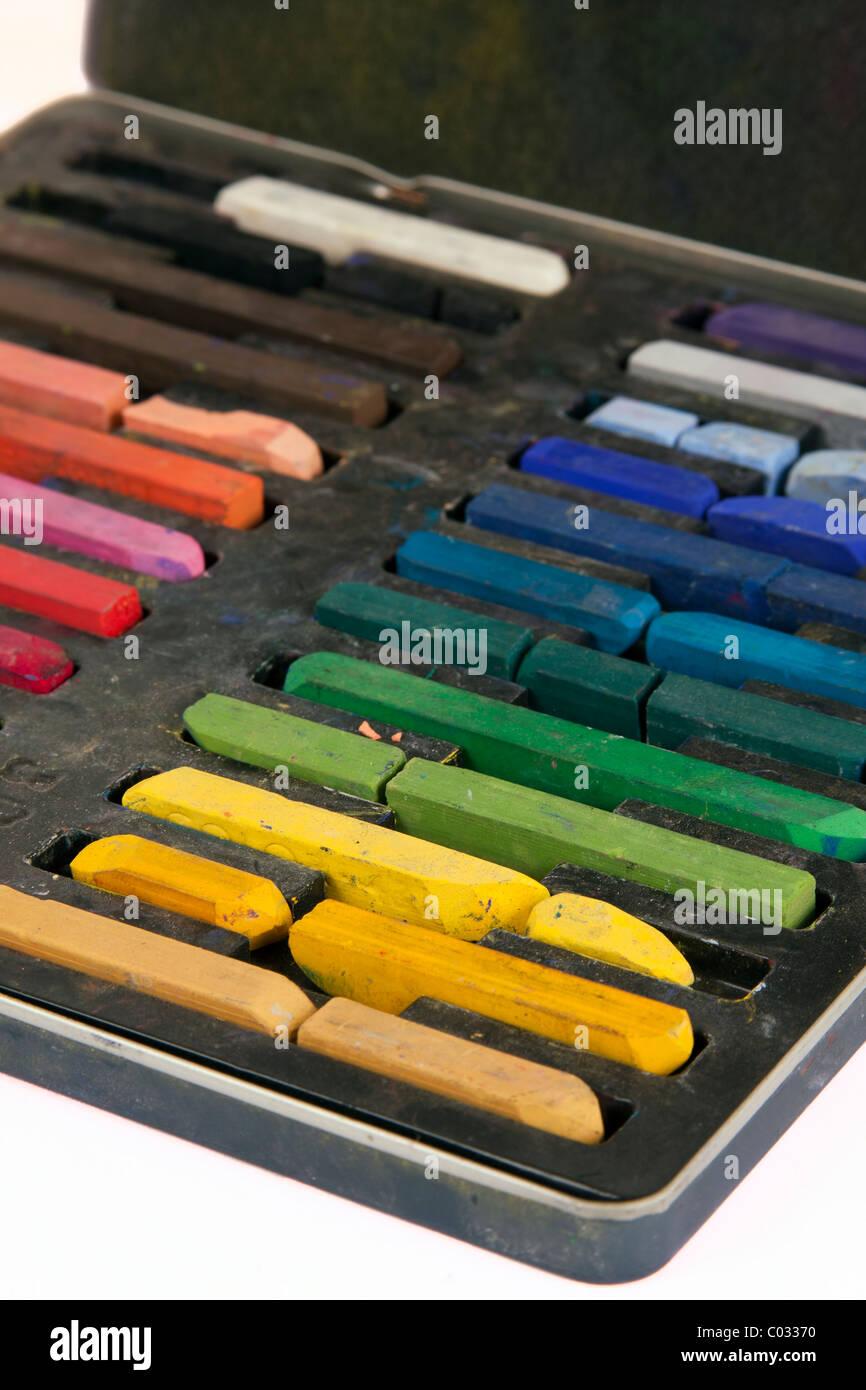 Chalk artistique dans son cas dans l'ordre des couleurs. Photo Stock