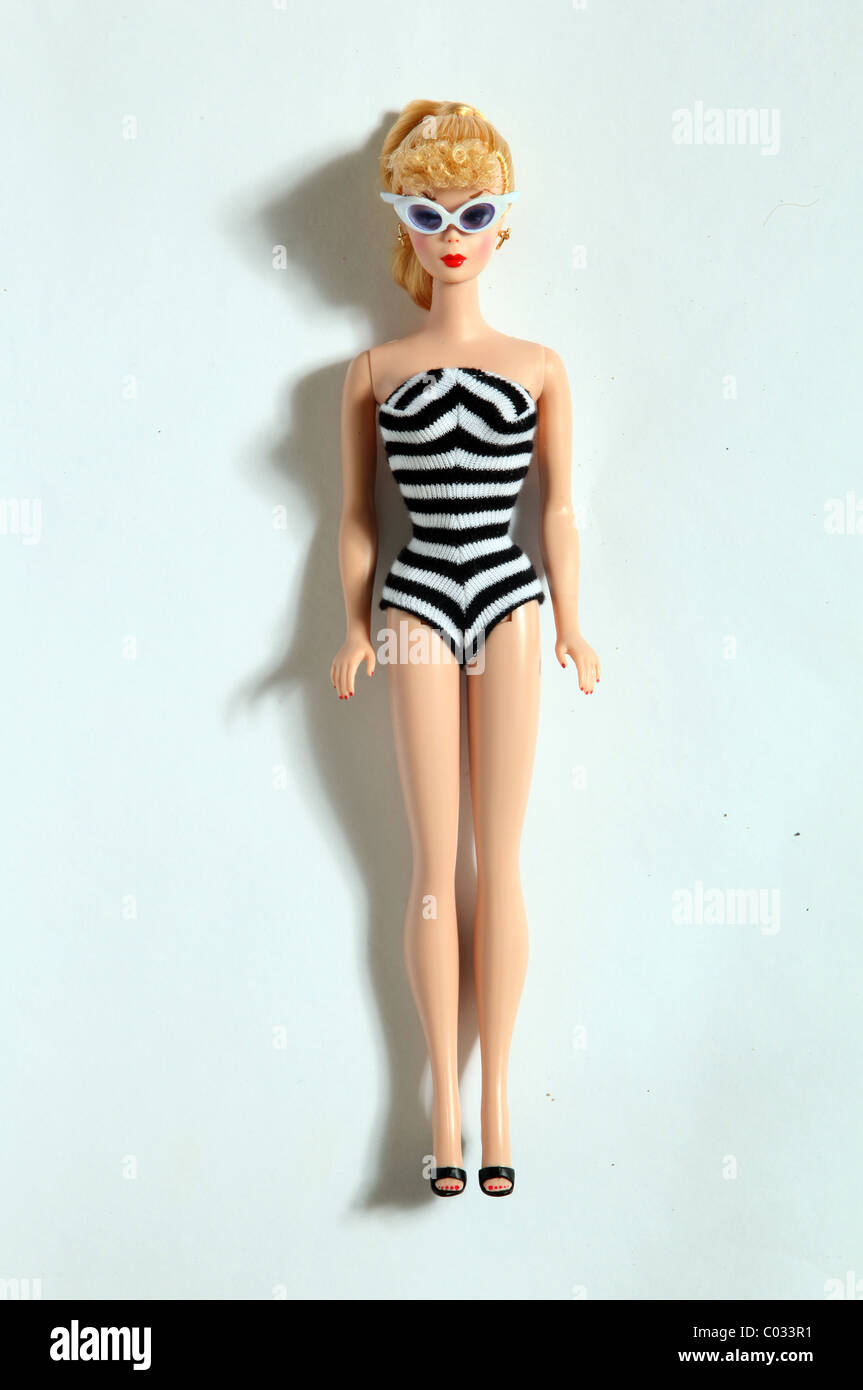 Une poupée Barbie rétro noir et blanc portant un maillot de bain et lunettes relaxing Photo Stock