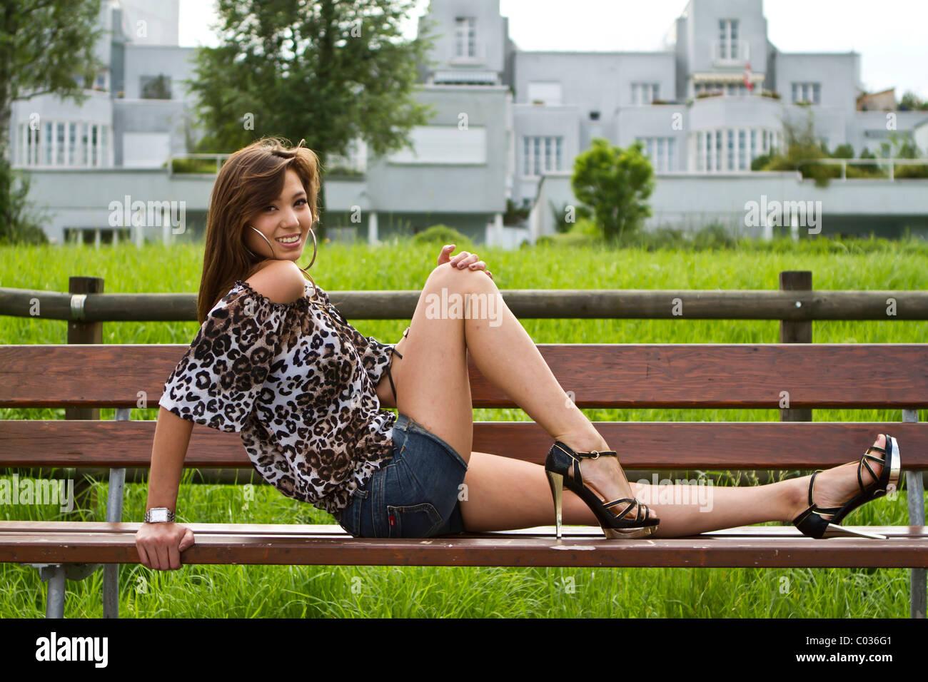 banc haut posant sur et hauts léopard femme Jeune talons portant un un short Fn6w7BZ