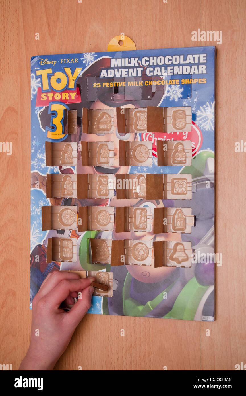 Un modèle photo parution d'un garçon de onze ans l'ouverture de la dernière fenêtre d'un calendrier de l'avent le Banque D'Images