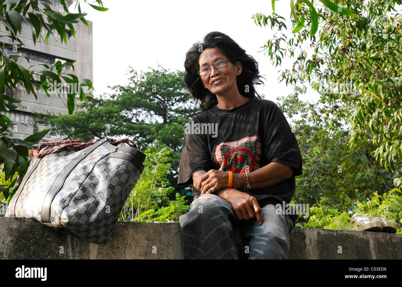 Chômeuse assis sur un mur, Manille, Philippines, en Asie du sud-est Photo Stock