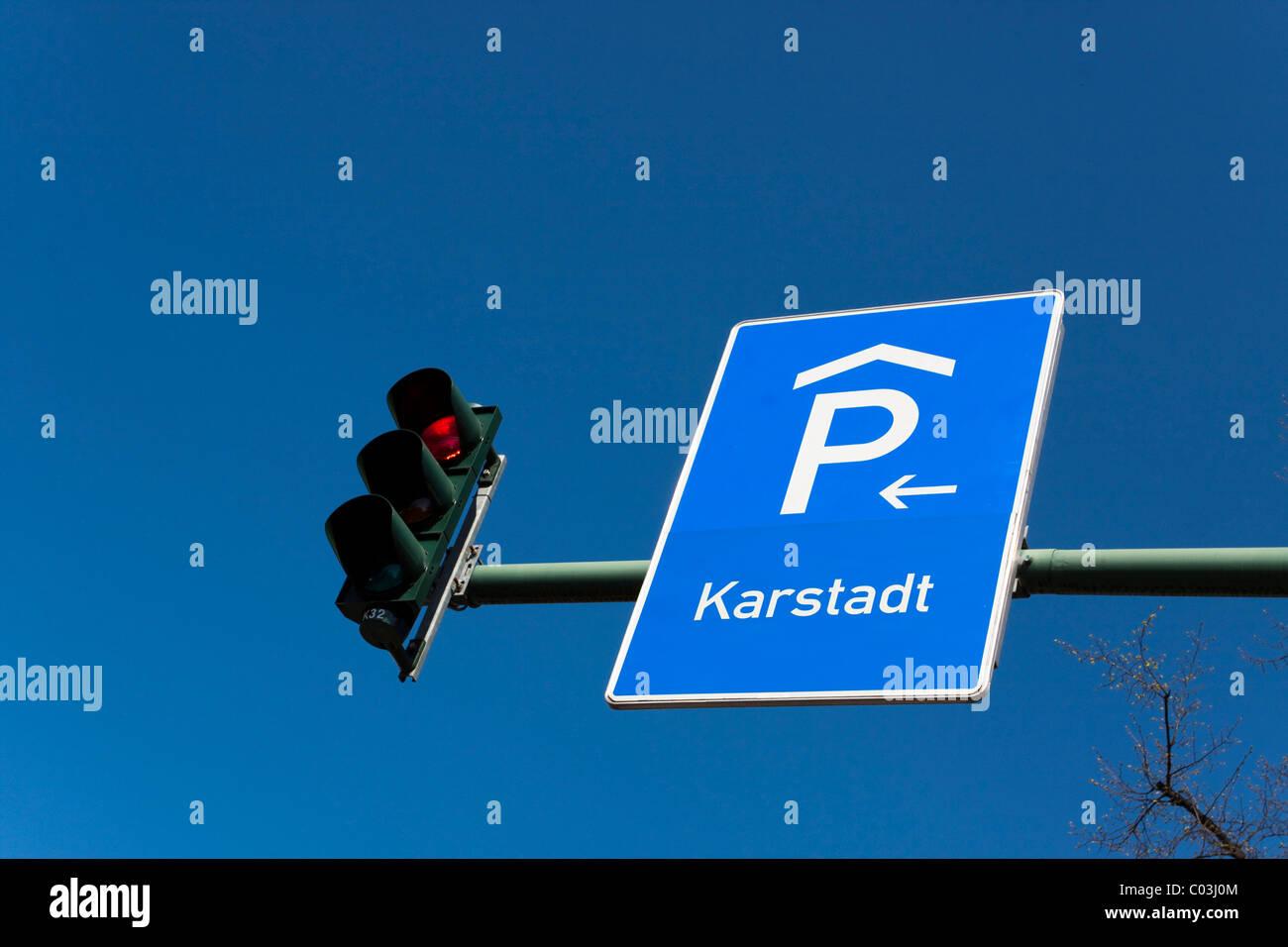 Panneau de circulation attaché à un poteau de feux de circulation Photo Stock