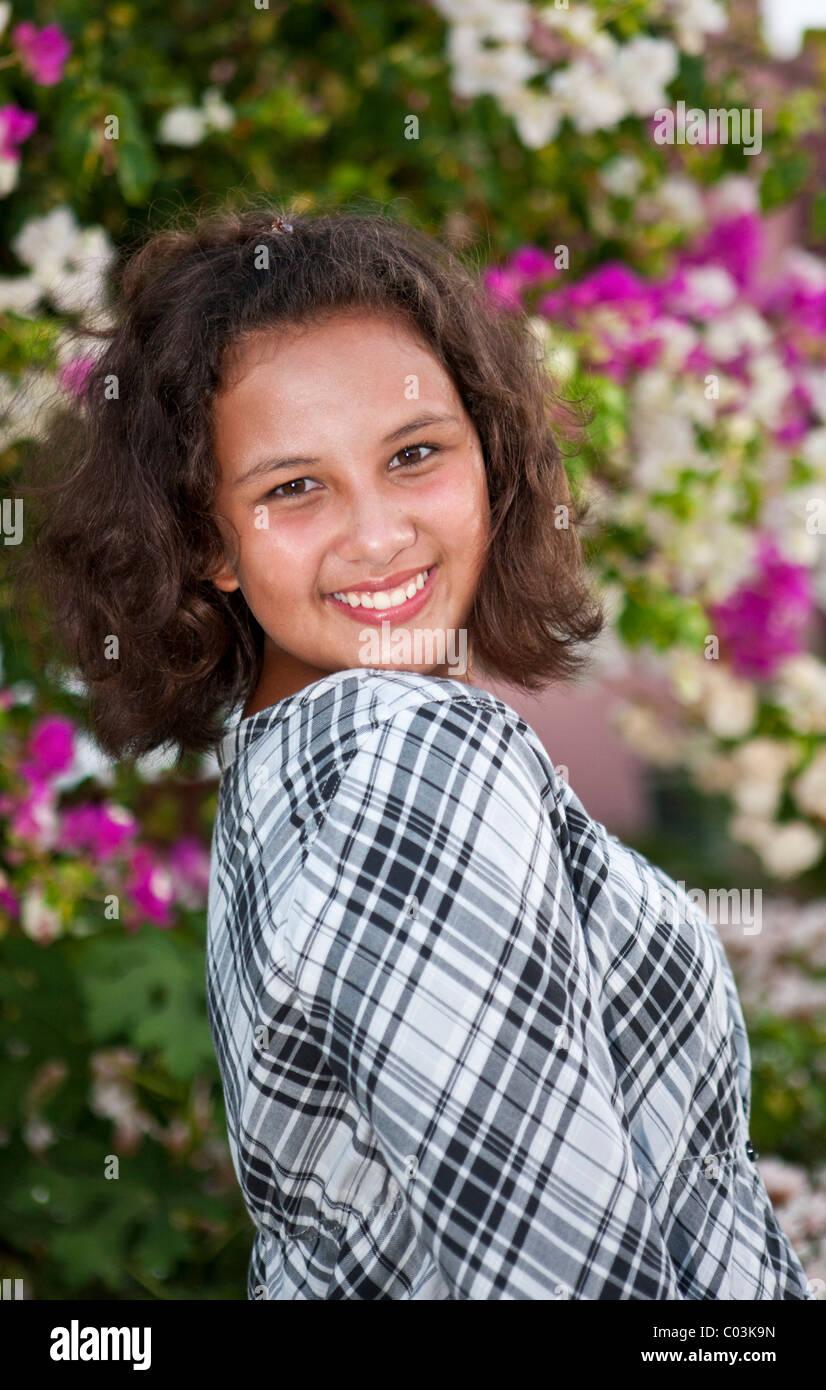 Portrait of a 13 ans en face de fleurs Photo Stock