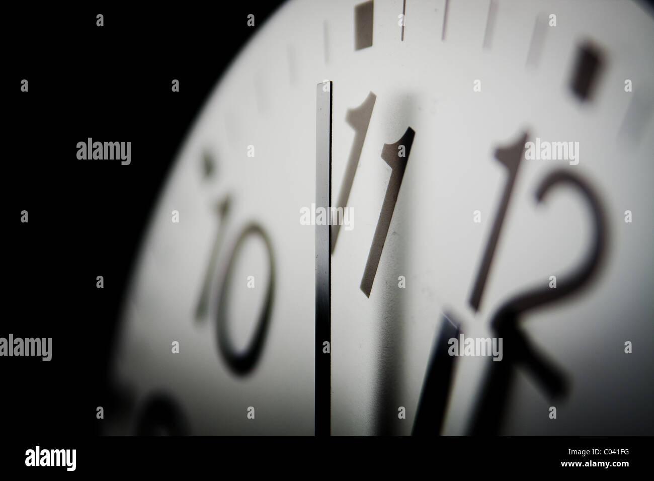 2010 Doomsday Clock; six minutes jusqu'à minuit sur une horloge symbolique d'avertissement comment Photo Stock