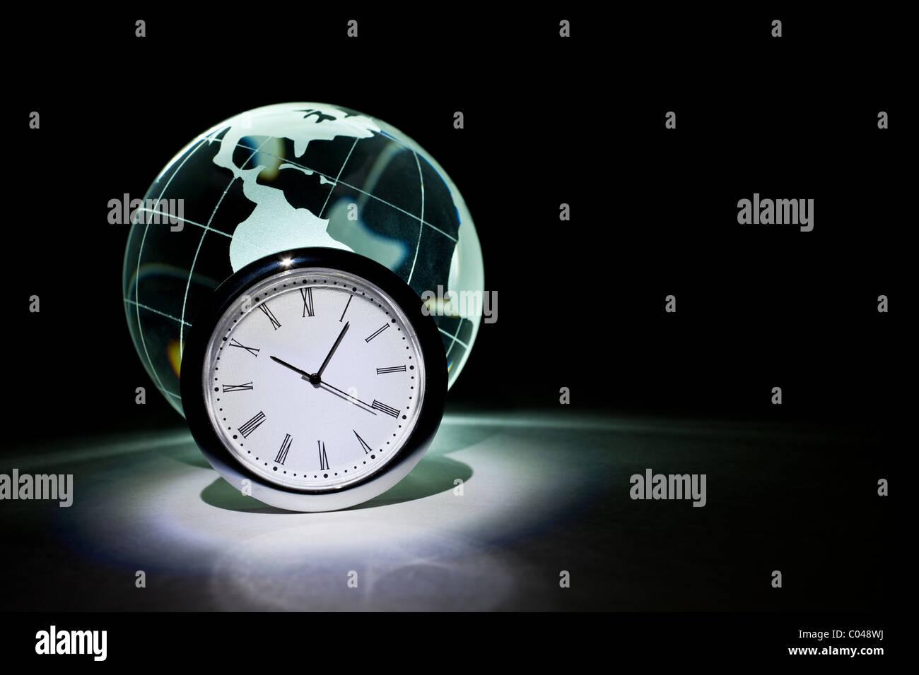 Globe et l'horloge en arrière-plan Photo Stock