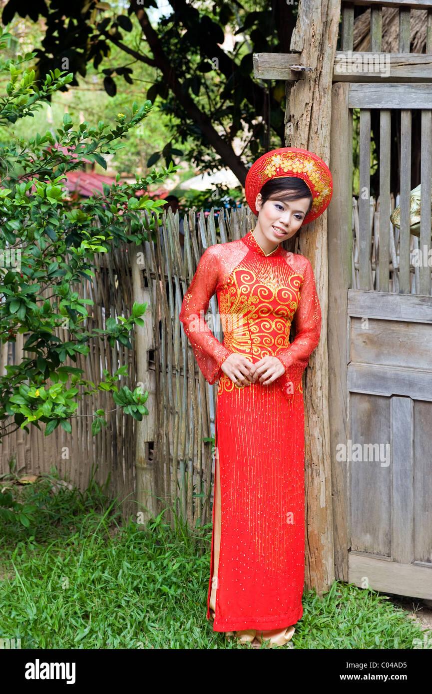 Une épouse vietnamienne dans sa robe de mariage Banque D
