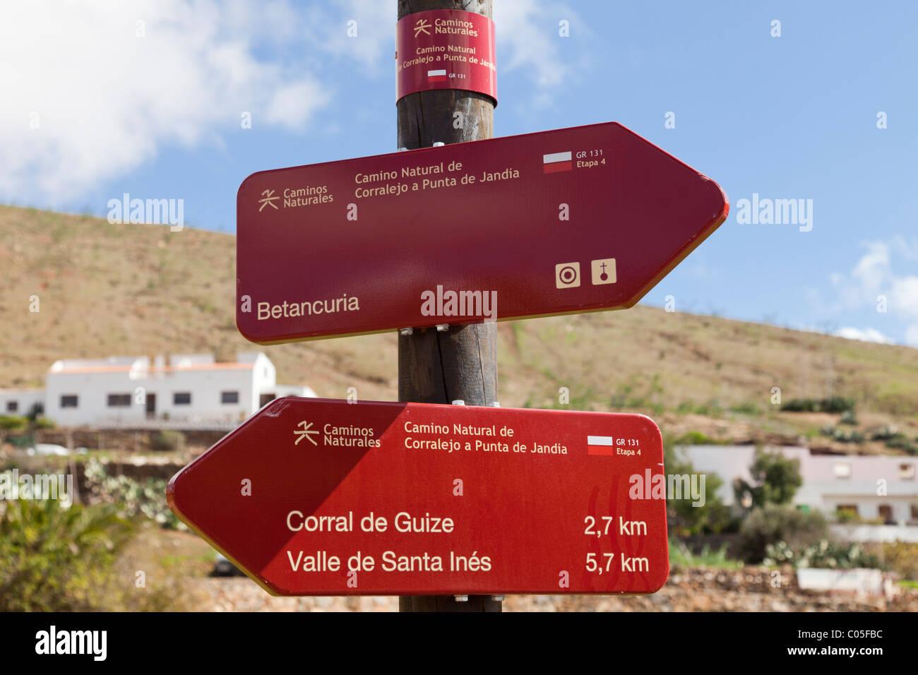 Les panneaux pour sentier GR-131, un itinéraire pédestre longue distance à travers l'île Photo Stock
