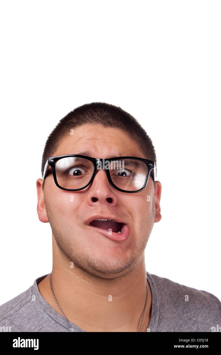 Un goofy homme portant des lunettes nerd isolated over white avec un drôle d'expression sur son visage. Banque D'Images