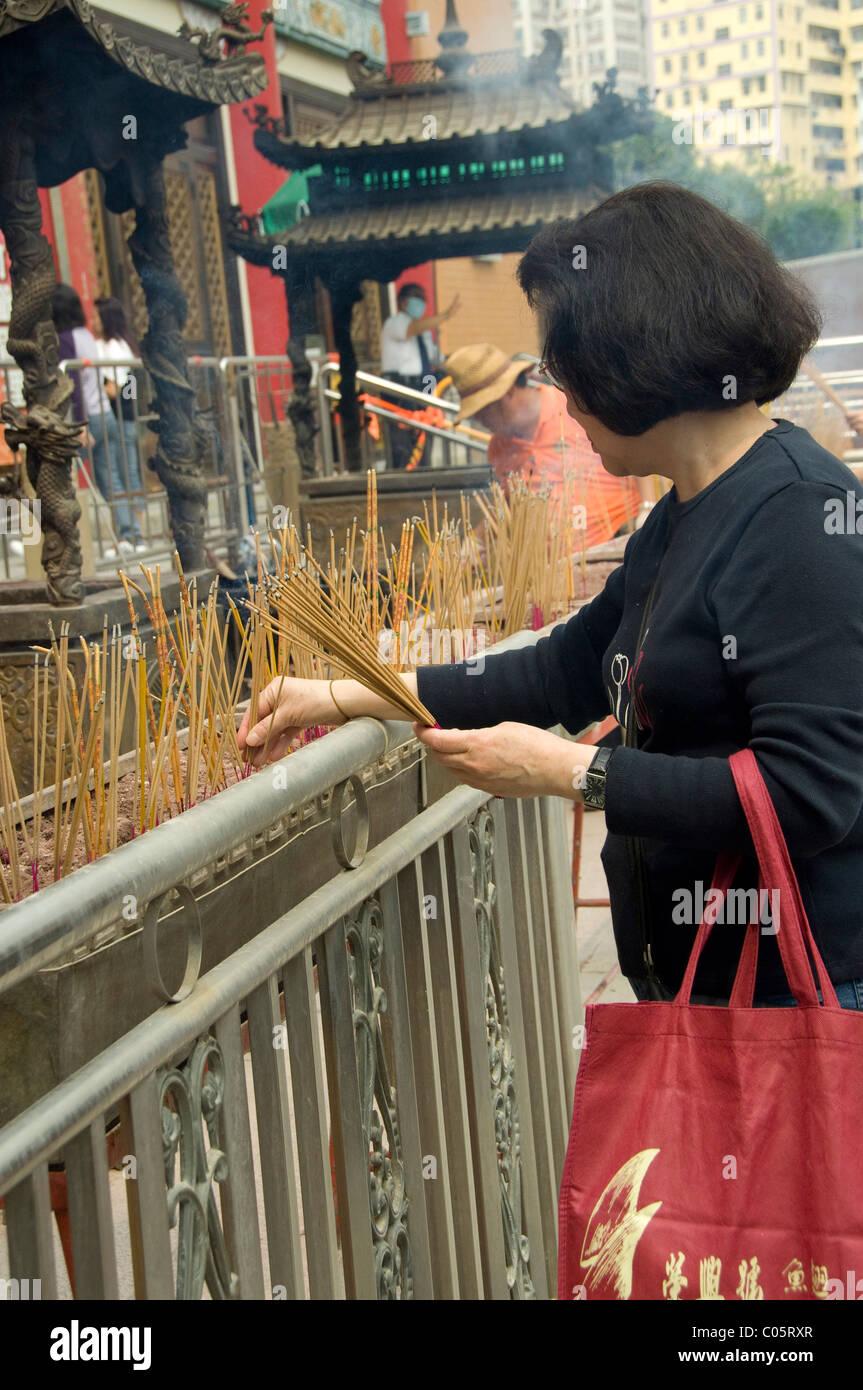 La Chine, Hong Kong, de nouveaux territoires. Sik Sik Yuen Wong Tai Sin Temple. Les sections locales de l'encens Banque D'Images