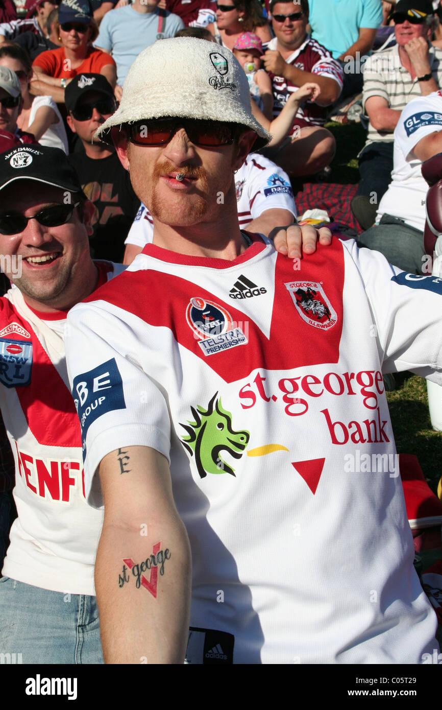 A St George supporter (LNR) affiche sa loyauté à son équipe avec un tatouage du nom de l'équipe Photo Stock
