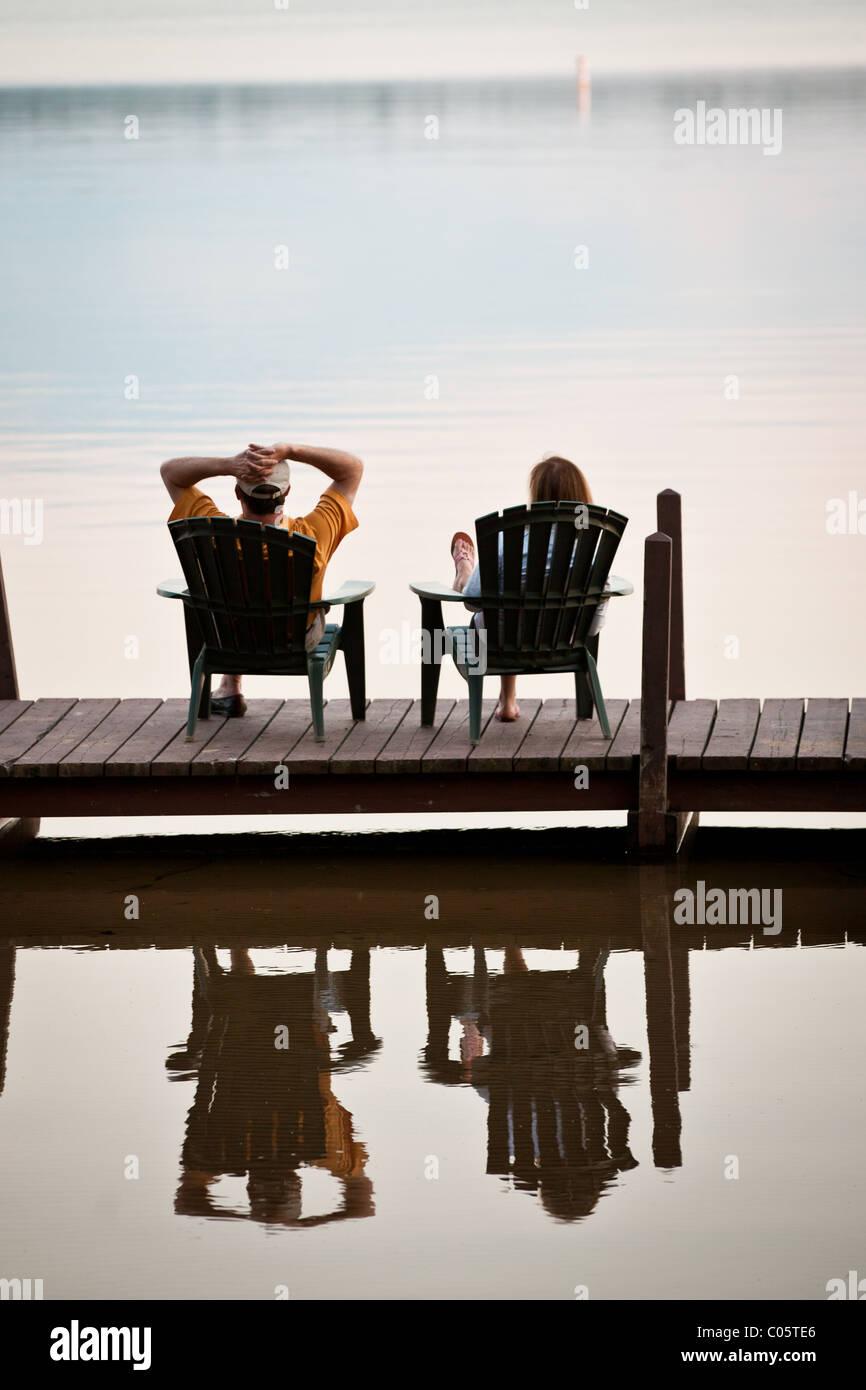 Montres Couple le coucher de soleil sur un lac dans le Northwoods du Wisconsin. Photo Stock