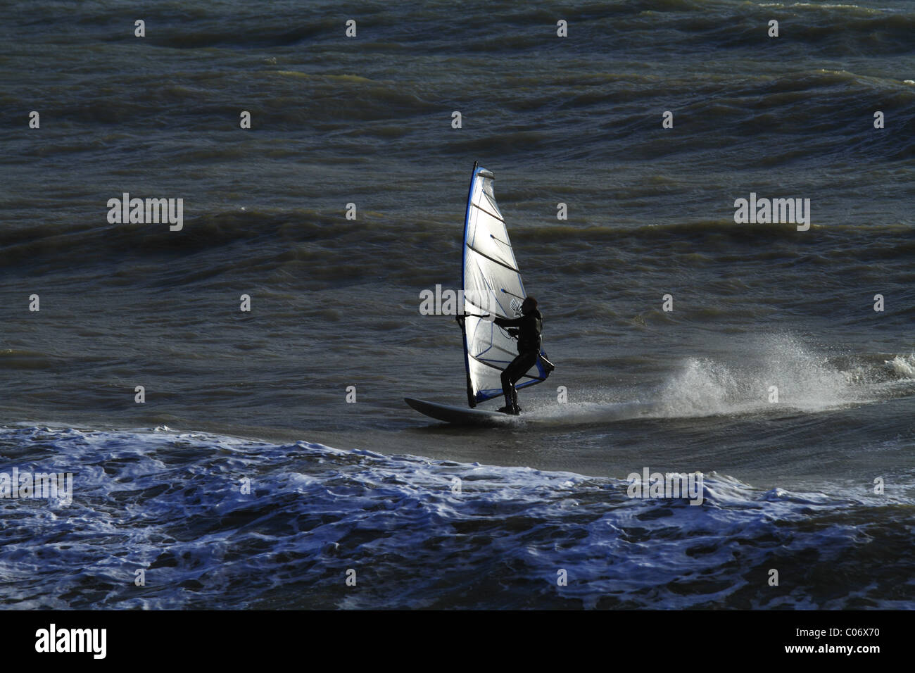 La planche à voile au large de Eastbourne, East Sussex, Angleterre. Photo Stock