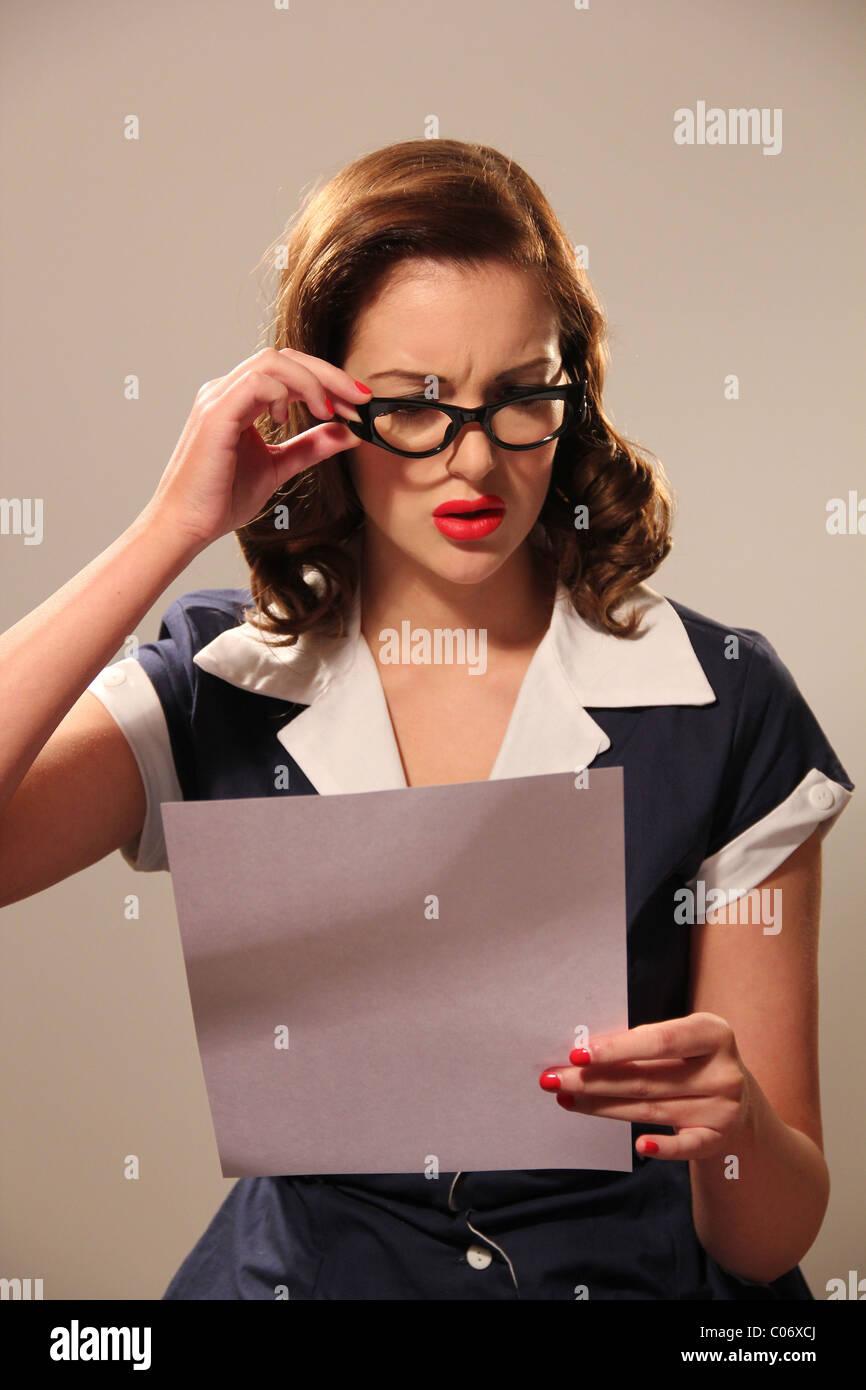 Femme en lisant une lettre de vêtements rétro Photo Stock