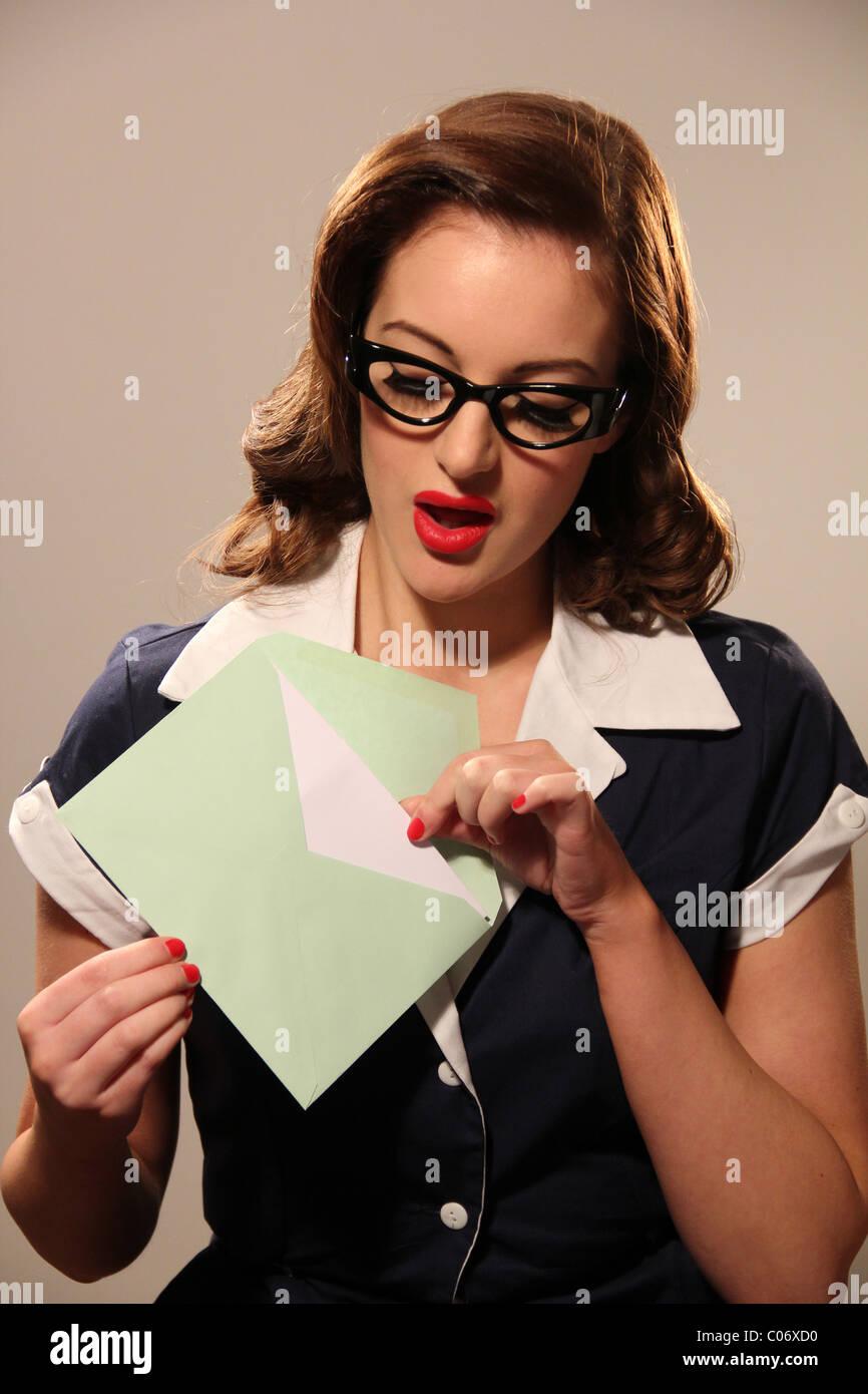 Femme en ouvrant une enveloppe de vêtements rétro Photo Stock