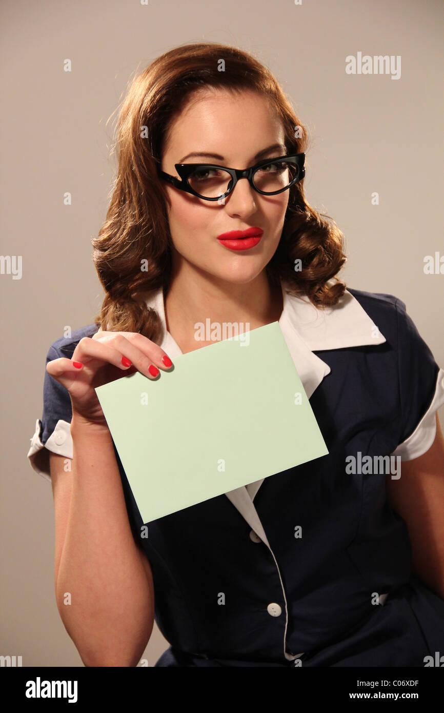 Style rétro femme tenant une enveloppe Photo Stock