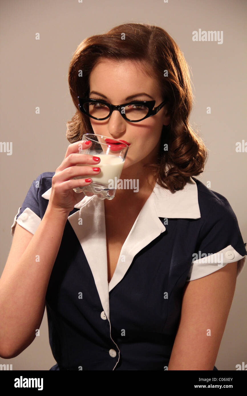 Style rétro femme à boire un verre de lait Photo Stock