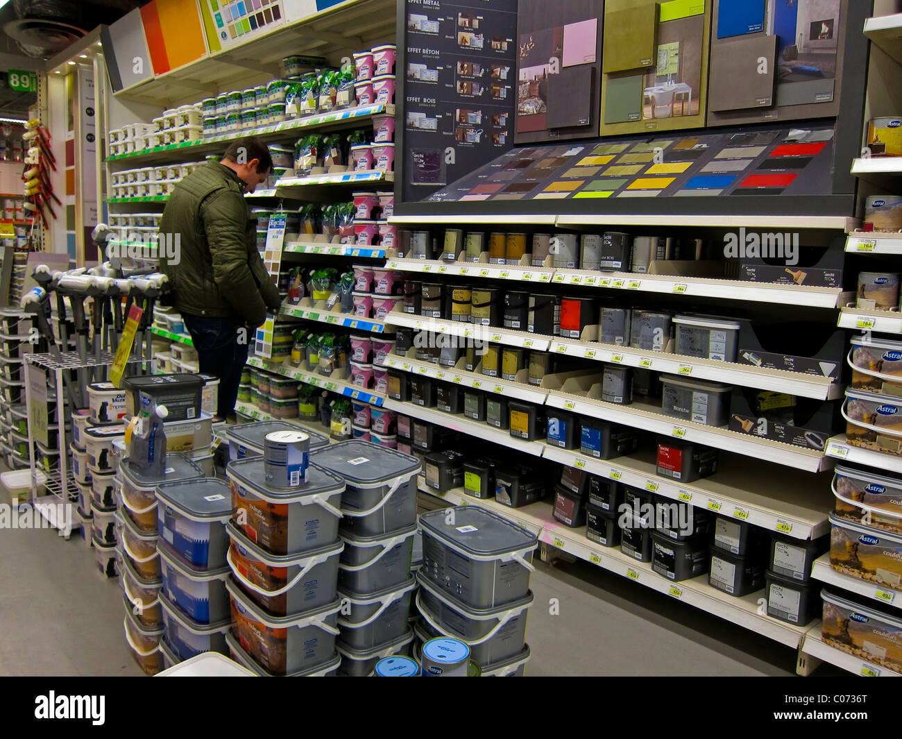 Paris, France, magasin de matériel français, boutiques, l homme Faire du  shopping à l intérieur Maison bricolage, peintures affiche  Leroy Merlin   Choix de ... 111dadc1942c