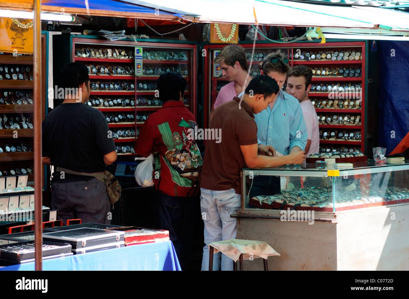 Concepteur de fausses montres piratés pirate des biens de luxe en vente stall  Petaling street chinatown ff33d3e12c00