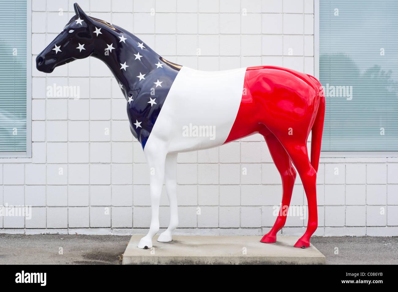 Statue cheval patriotique peinte en rouge, blanc et bleu avec des étoiles dans un drapeau américain, thème Photo Stock
