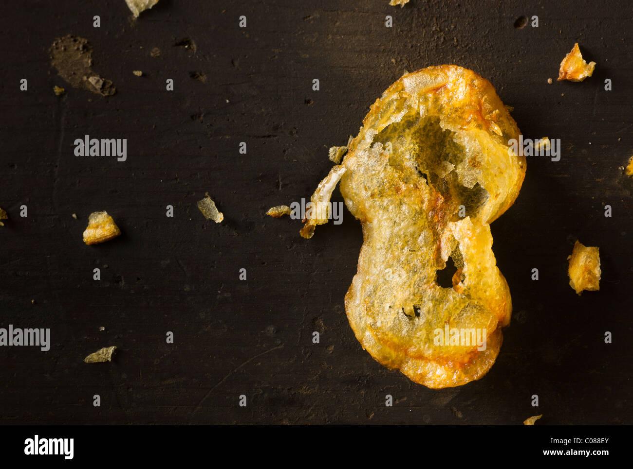 Des Fryed Croustilles de pommes de terre sur une surface en bois rustique Photo Stock