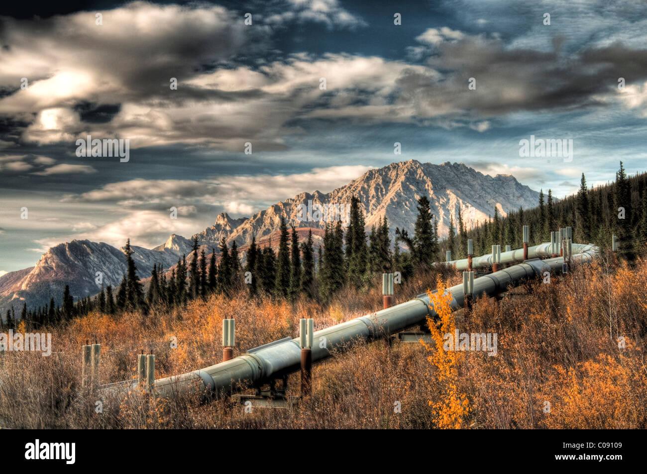Vue sur le bobinage Trans Alaska Pipeline près de Dalton Highway dans la chaîne de Brooks au nord d'Sukapak Photo Stock