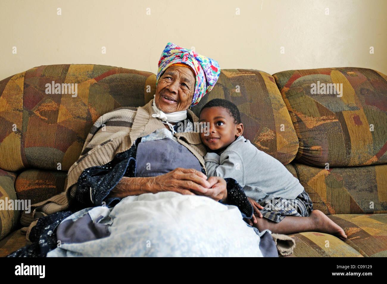 Grand-mère 'Lina', chef des habitants de Damara Swakopmund, avec son petit-fils, dans la ville de Swakopmund, Photo Stock