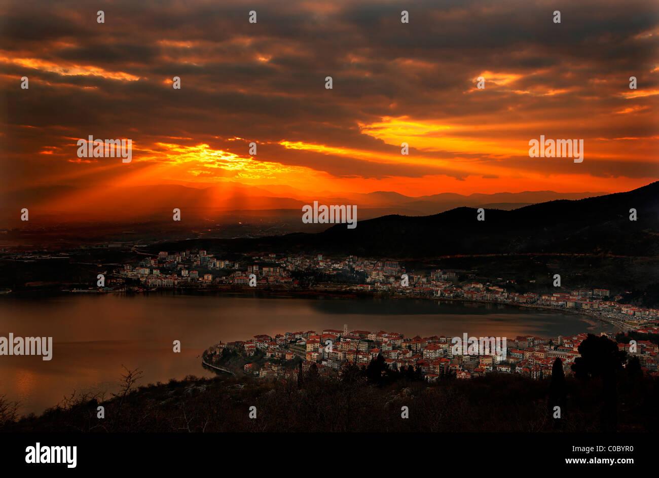 Coucher du soleil dans la ville de Kastoria et lac Orestias (ou 'Paris'), Macédoine, Grèce Photo Stock
