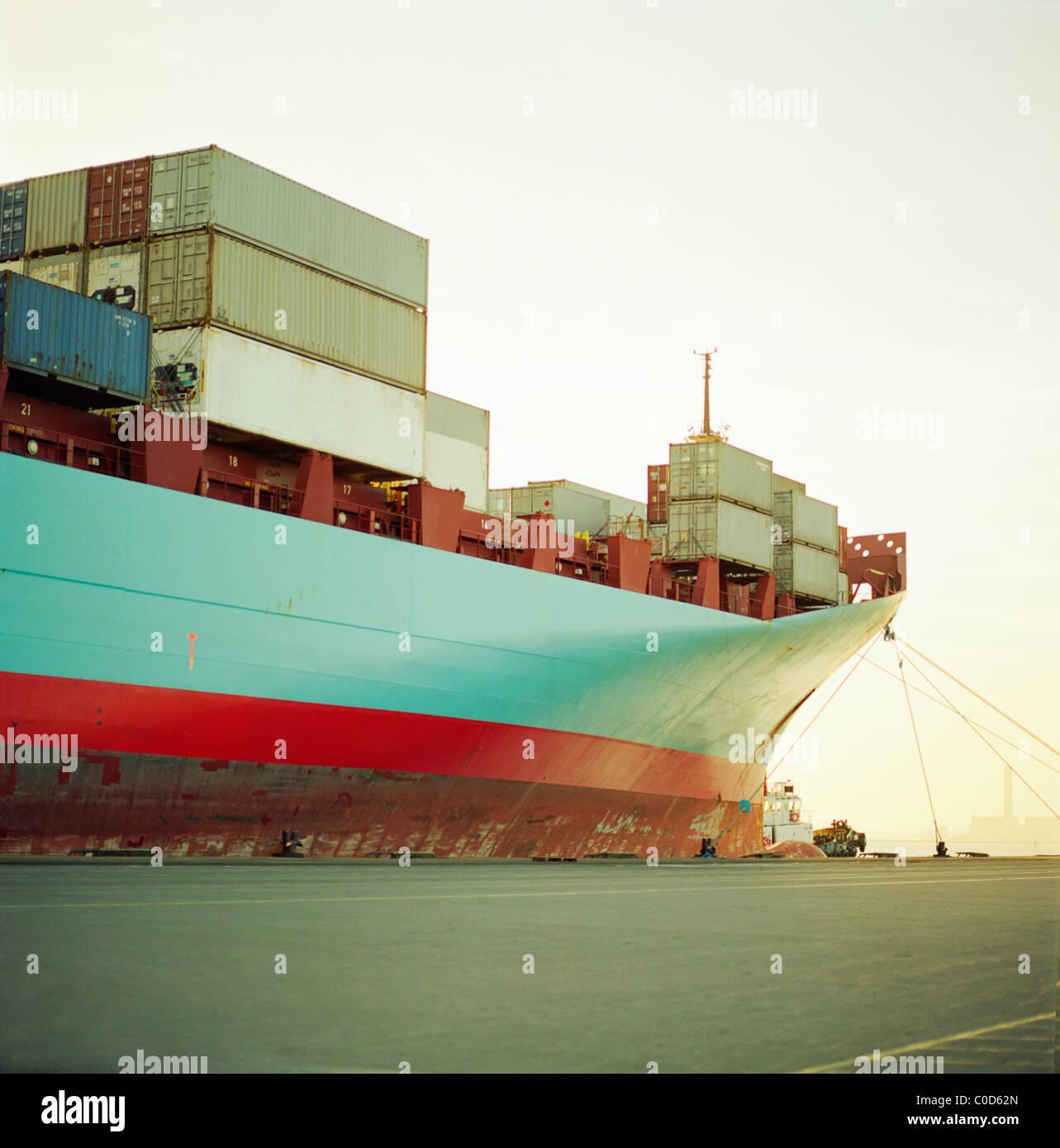 Un porte-conteneurs en attente à quai entièrement chargé Photo Stock