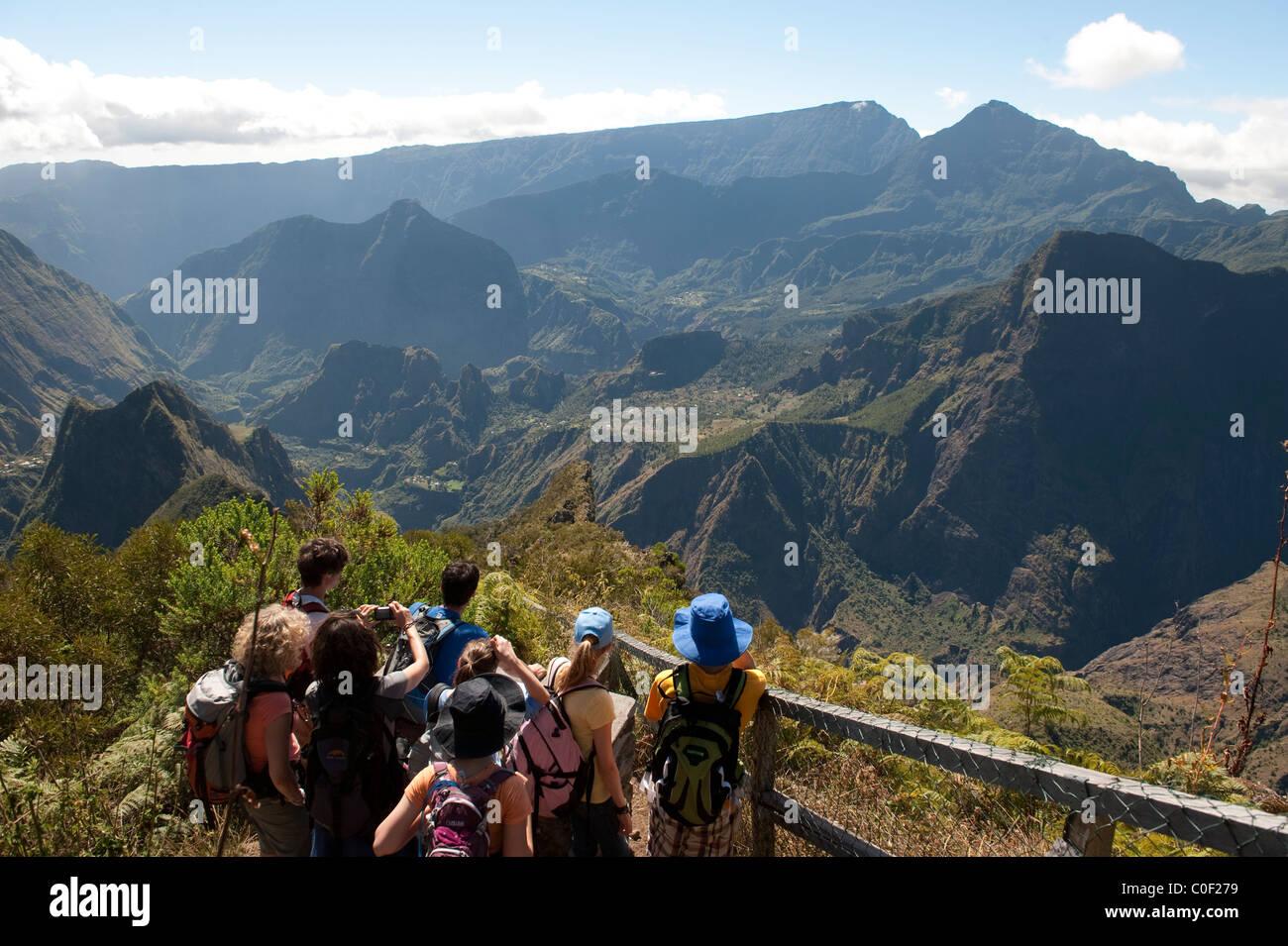 Les randonneurs regarder vers le bas pour le cirque de Mafate à un point de vue sur le pic de Maido. Photo Stock