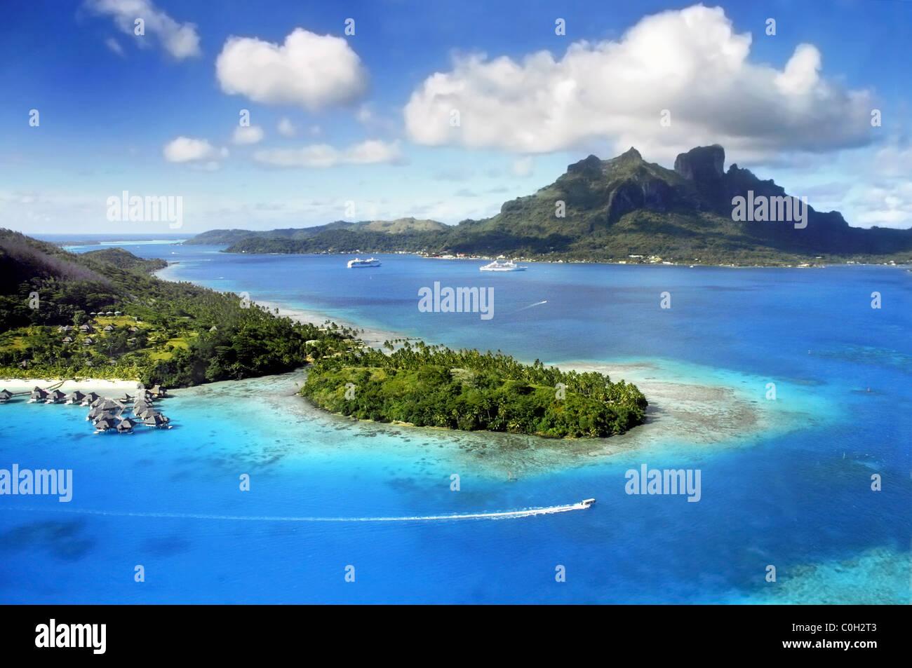Vue aérienne de Bora Bora avec le Mont Otemanu en arrière-plan et de récifs coralliens. Photo Stock