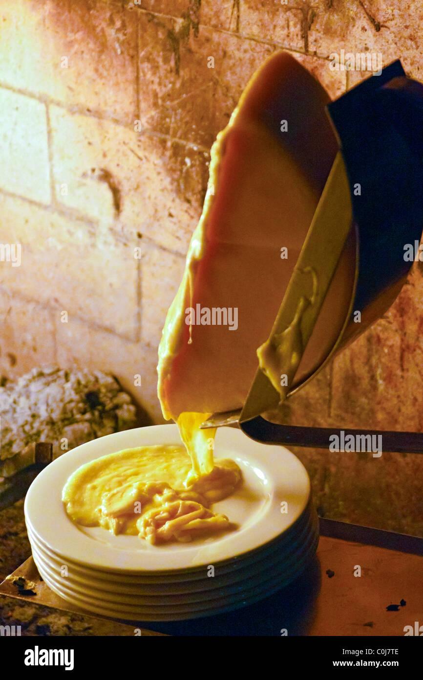 Roue de fromage à raclette avant fusion cheminée Banque D'Images